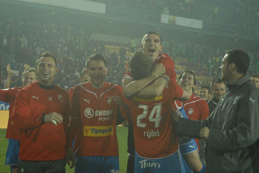 Jan Rezek v náruči Filipa Rýdela, vedle stojí Marek Bakoš a druhý gólman Martin Tickáček, momentálně kouč brankářů ve Spartě.