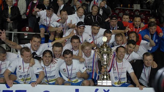 Na fotce týmu je za radujícím se Milanem Petrželou zachycený i tehdejší majitel klubu Miroslav Kříž.