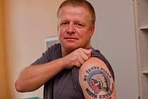 Fanoušek hokejové Škodovky Daniel Vomastek se odhodlal k  odvážnému tetování. Na rameni má logo klubu