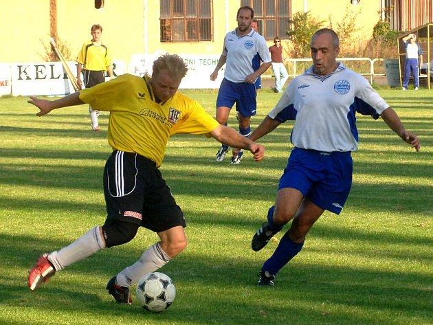 Fotbalisté 1. FC Plzeň (na archivním snímku ze zápasu se Slovanem hráč vlevo) zvítězili ve víkendovém 7. kole městského přeboru na hřišti Všestavu Dýšina 2:1 a díky lepšímu skóre se vyhoupli na čelo tabulky