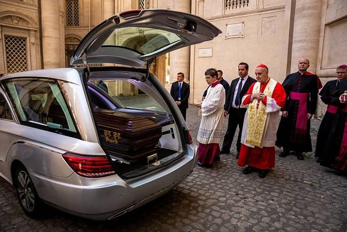 Vyzvednutí ostatků kardinála Josefa Berana v bazilice sv. Petra a Pavla