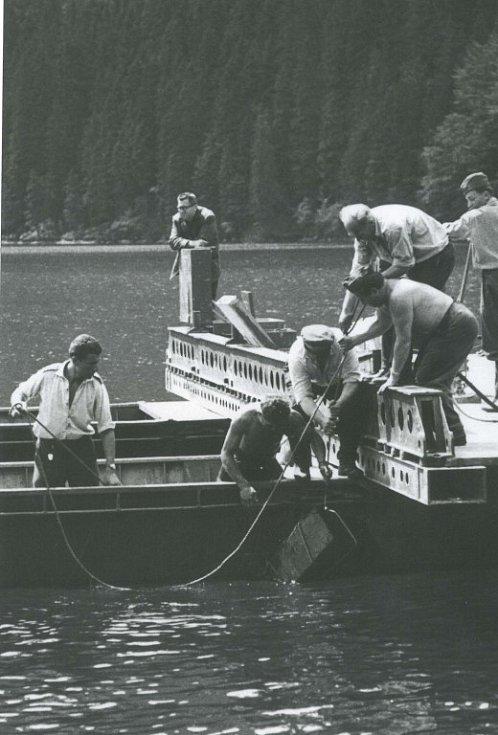 """Rok 1964. Potápěči ukládají na dno Čertova jezera údajné seznamy nacistů při tajné propagandistické akci Státní bezpečnosti s krycím názvem """"Neptun"""""""