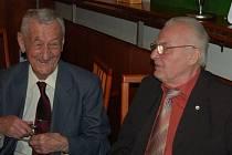 SETKÁNÍ PAMĚTNÍKŮ. Při 105. setkání Staré gardy si popovídali i její sekretář Jiří Kobilinský (vlevo) a internacionál Jiří Feureisl.
