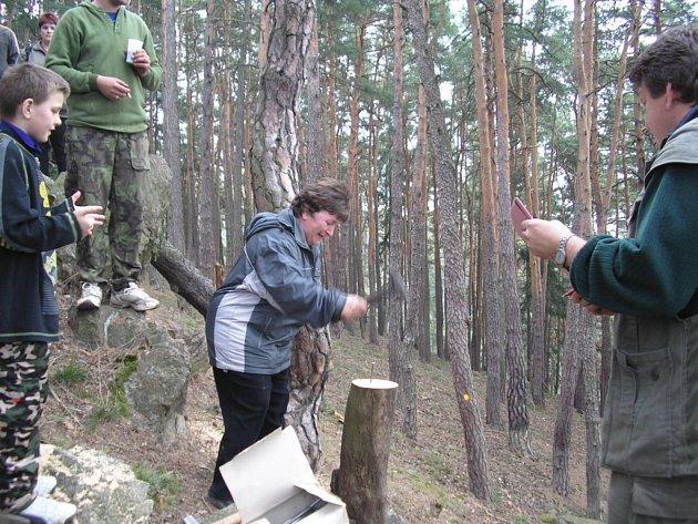 Při klání v zatloukání hřebíků na vrcholu Sedlecké skály nezůstaly ženy pozadu za svými mužskými protějšky