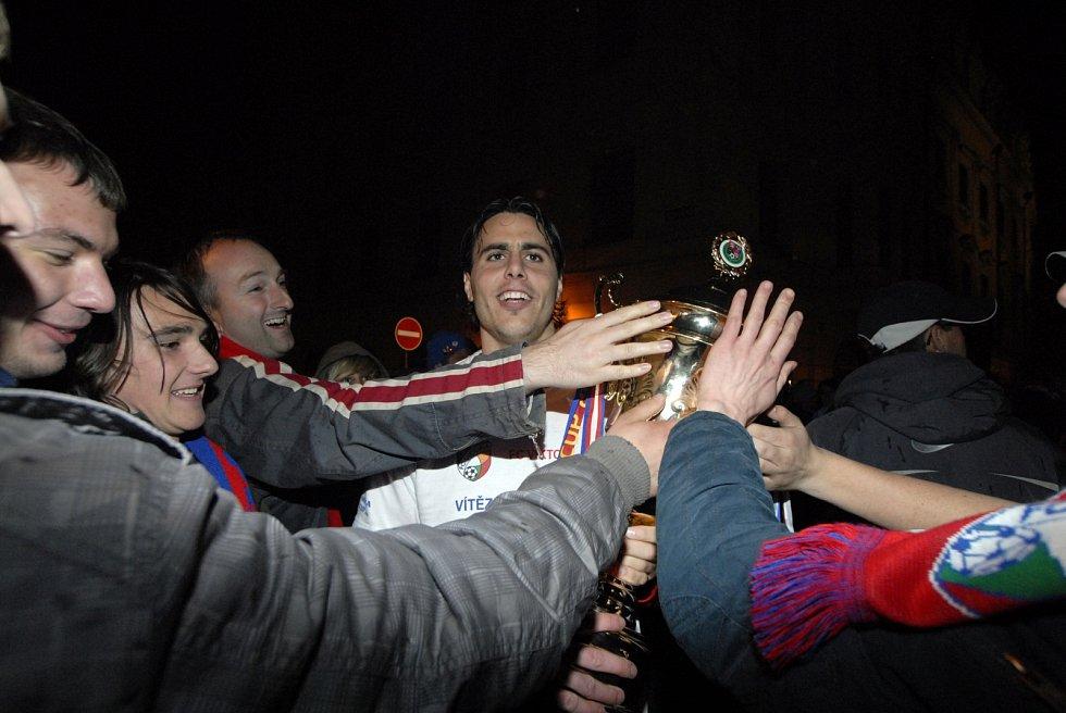 Defenzivní záložník Tomáš Rada s pohárem a fanoušky na plzeňském náměstí.