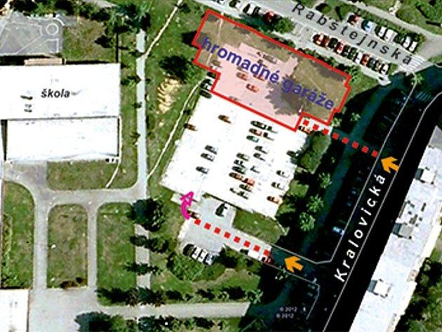 Označená část parkoviště v Rabštejnské ulici, na níž by měl vyrůst parkovací dům se 125 místy pro auta