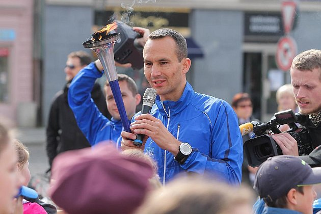 Mírový běh s hořící pochodní dorazil na náměstí Republiky v Plzni
