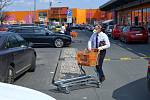 Znovuotevřené hobbymarkety přilákaly o velikonocích velké množství zákazníků. Plzeňský obchod Hornbach měl zcela zaplněné parkoviště a na výjezd se čekalo desítky minut. Mezi odjíždějícími automobily se proplétali zákazníci s malými i velkými nákupy.