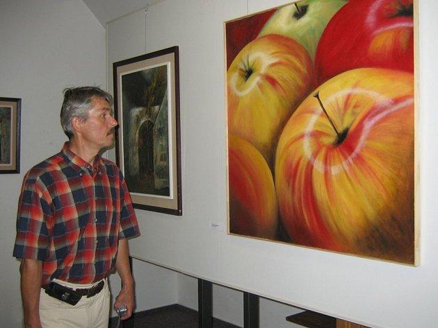 Pozornost poutají například hyperrealistická jablka Jany Hasmanové