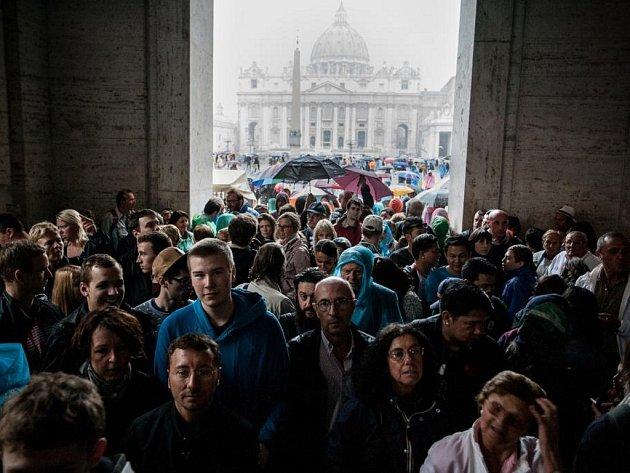 Binterovy snímky zachycují atmosféru svatopetrského náměstí ve Vatikánu, kde se i přes vytrvalý déšť shromáždily desetitisíce lidí, aby vyslechly tradiční nedělní požehnání papeže Františka