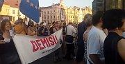 Průvod demonstrantů, který šel z náměstí Republiky přes Smetanovy sady k Západočeskému muzeu.