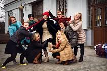 Dobročinný bazárek pořádají herečka Kristýna Leichtová, loutkoherečka Blanka Luňáková, oděvní výtvarnice Eva Beránková, muzikantka Ilon Leichtová, zpěvačka Vlaďka Bauerová a další zajímavé plzeňské tváře