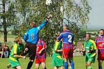 Fotbalisté staré gardy Viktorie Plzeň (červené dresy) porazili v neděli 5. 7. v Dobříči místní Sokol 3:2. Utkání se hrálo v rámci oslav 50 let TJ a 45. let fotbalového oddílu