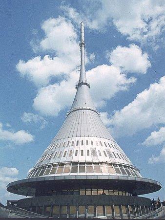 Věž Ještěd zlet 1966až 1973je nejznámějším dílem, které vzešlo ztvorby sdružení SIAL. Právě architektům tohoto okruhu patří současná výstava Západočeské galerie. Pod projektem věže na Ještědu jsou podepsáni především Karel Hubáček a Zdeněk Patrman