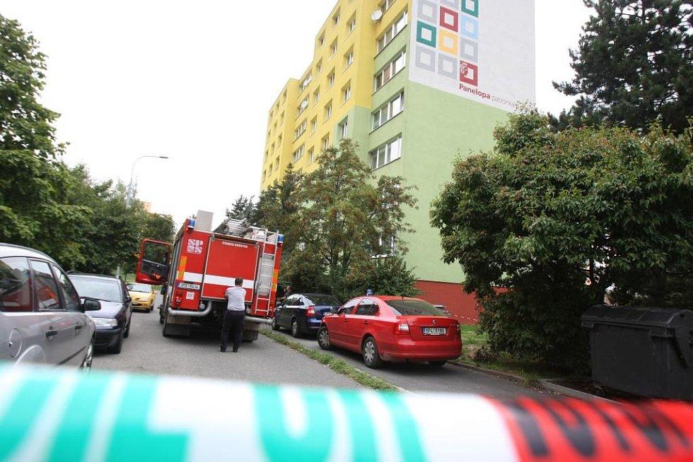 Policie uzavřela okolí domu v Sokolovské ulici v Plzni, ve kterém policista pobodal vlastní manželku a poté utekl