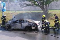 Požár osobního auta na Rokycanské třídě v Plzni