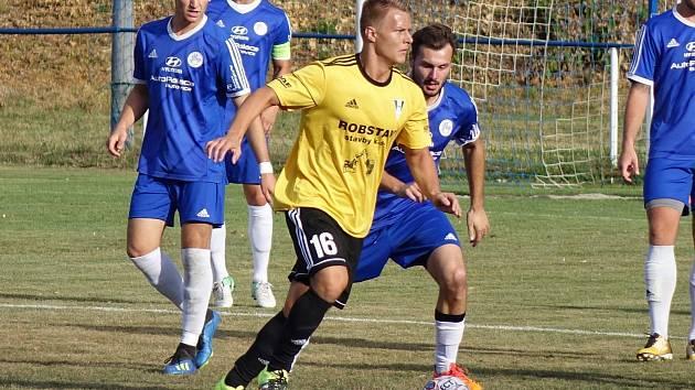 Fotbalisté Přeštic (hráč ve žlutém) přivítají v azylu ve Zruči Aritmu Praha.