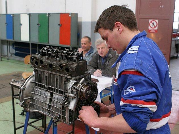 O obor autotronik, což je vlastně lepší automechanik, je zájem. Na snímku jeden ze studentů na krajské soutěži automechaniků