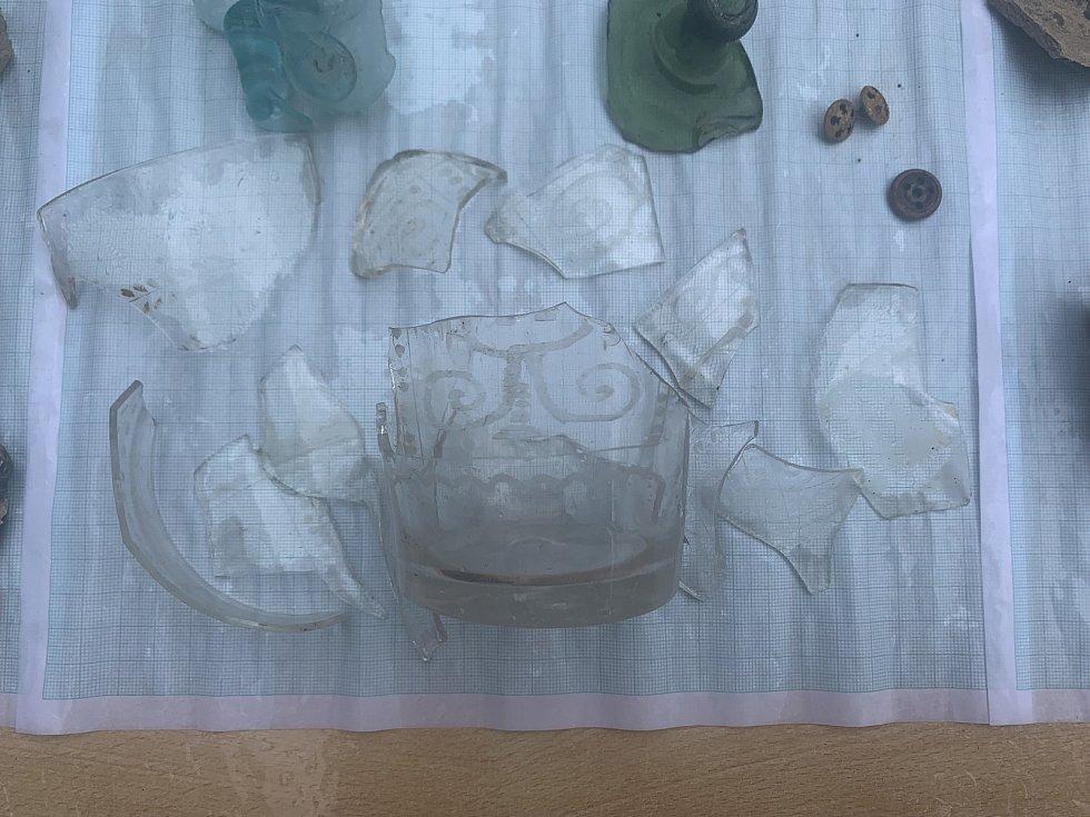 Broušené sklo z období od 16. do 20. století.