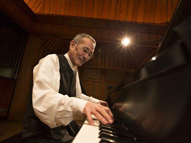Yōsuke Yamashita. Živoucí legenda japonského avantgardního jazzu natočila desítky alb a za svůj umělecký přínos obdržela od japonského císaře Medaili s purpurovou stuhou a Řád vycházejícího slunce