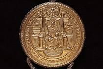 Pečeť císaře Ferdinan-da I. oprůměru 96 milimetrů na listině pro Plzeň je jedinou jeho zlatou pečetí dochovanou včeských a moravských archivech. Na snímku vidíte její líc.