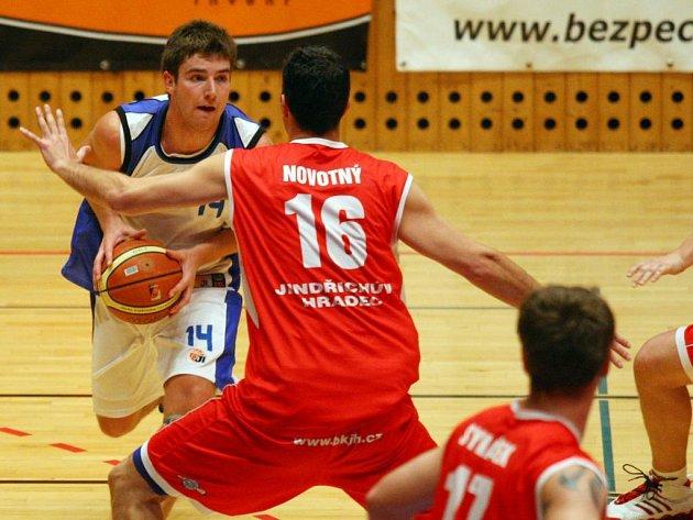Městská sportovní hala v Plzni na Slovanech se stane zítra dějištěm rozhodujícího pátého souboje finále play off první basketbalové ligy mezi domácí Lokomotivou a Sokolem Vyšehrad