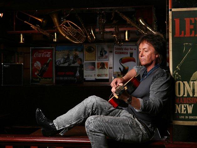 Chris Norman, spoluzakladatel skupiny Smokie, uvažuje před koncertem o publiku a zkontroluje si hlas i vzhled