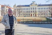 Průvodce Miroslav Anton před budovou Církevního gymnázia na Mikulášském náměstí