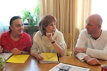 Nová členka souboru Apolena Veldová (vlevo), Monika Švábová a hostující Pavel Nečas