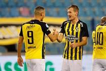 MÁ DŮVOD K ÚSMĚVU. Explzeňský stoper Tomáš Hájek (čelem) se po roce dočkal a pravidelně nastupuje v dresu nizozemského Vitesse Arnhem.