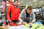 Na křtu cyklistického kalendáře nechyběl cyklista Roman Kreuziger (na snímku vpravo vedle Mariana Čišovského), který daroval podepsaný dres do aukce Kopeme pro Čišu