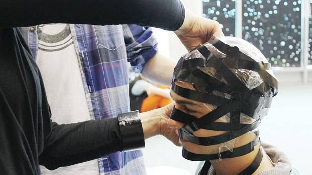 Členové Platform 11+ maskují studenta Křížíkova gymnázia Ludvíka Pízu pro inscenaci Face me, čas změny