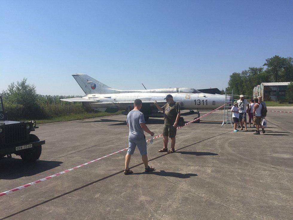 Výstava historických letadel a fotografií na letišti v Líních.