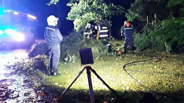 Následky silného větru likvidovali hasiči v celém kraji.