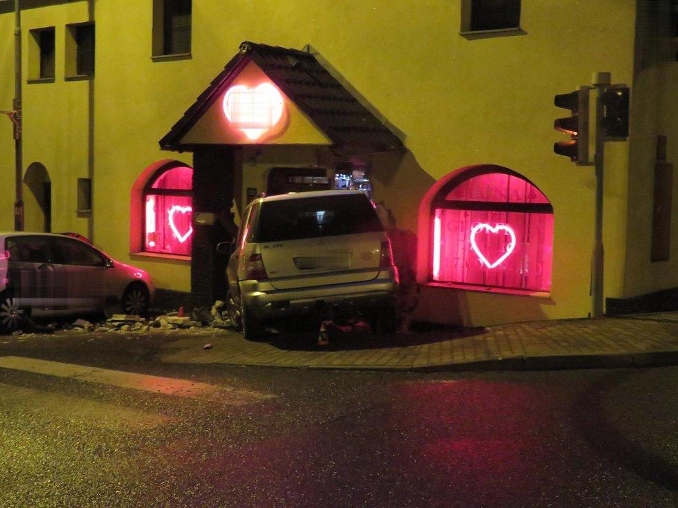 Do chebského night klubu najela sedmadvacetiletá řidička se svým Mercedesem.