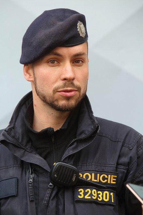Při hledání batolete, který rodičům zmizel minulý pátek v podvečer ze zahrady v ulici Na Jíkalce, byl Davidu Vlčkovi nápomocný i německý ovčák Olar. Dítě našel policista v rozbouřené řece Mži u Kalikovského mlýna.