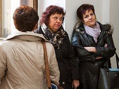Kvůli údajně předražené stavbě koupaliště jsou stíhané tři zaměstnankyně třetího městského obvodu. Na snímku (uprostřed) Zdeňka Anýžová, které hrozí pět až dvanáct let vězení nebo propadnutí majetku, Renáta Hádková (vpravo) a Eva Hubená (zezadu).