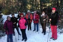 Účastnice procházky do okolí Boleveckých rybníků při jedné ze svých zastávek