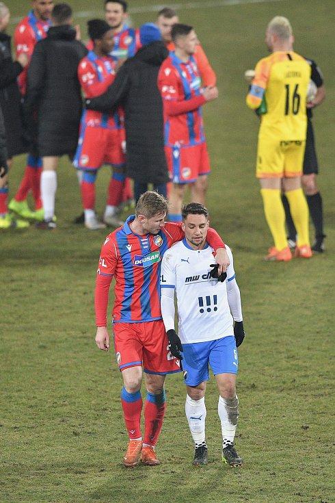 Po utkání v Ostravě Jakub Brabec v objetí s  domácím Adamem Jánošem.