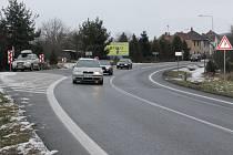 Zatáčka na začátku Lužan směrem od Borov s osazeným dopravním značením, které je v místě od loňska