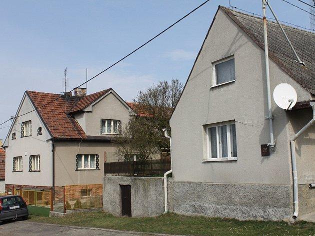 Dva domy ve Slatině. Dům napravo patří střelci, dům vlevo sousedovi, na kterého z vyvýšené zahrádky mířil.