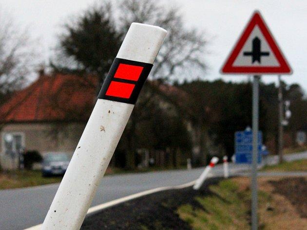 Směrové sloupky podél silnice mezi Zručí, Nynicemi a Planou se naklání nad příkopy. Některé už vypadly