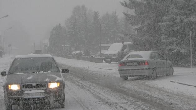 Včera dopoledne nebylo vidět skoro na krok. Na jižním Plzeňsku bylo několik silnic nesjízdných. Sever na tom nebyl o mnoho lépe, jak je patrné z našeho snímku, který pochází z Horní Břízy