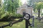 Hromadný hrob obětí výbuchu najdete na hřbitově v Bolevci přímo před kaplí sv. Vojtěcha.