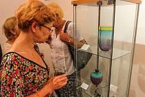 Výstava, jež ve svém názvu připomíná, že při výrobě skla se setkává písek a uhličitan draselný neboli potaš, ukazuje díla bavorských umělců.