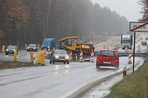 Dopravní situaci na Nové Hospodě směrem na Domažlice komplikuje překopaná silnice. Řidiči výkop musí objíždět a v místě se tvoří nárazově kolony