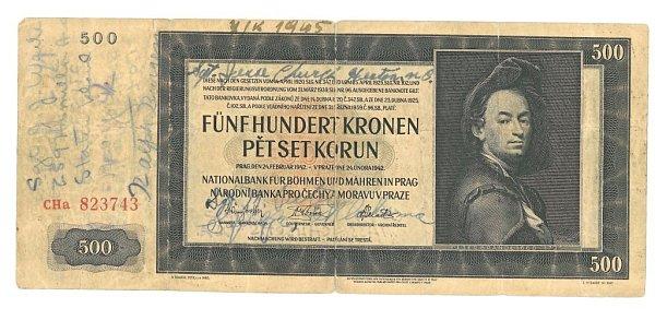 Manželé Krňoulovi zPlzně ve svém rodinném archivu opatrují fotografie ze setkání rodičů svojáky, zosvobození, ipodepsanou říšskou bankovku.