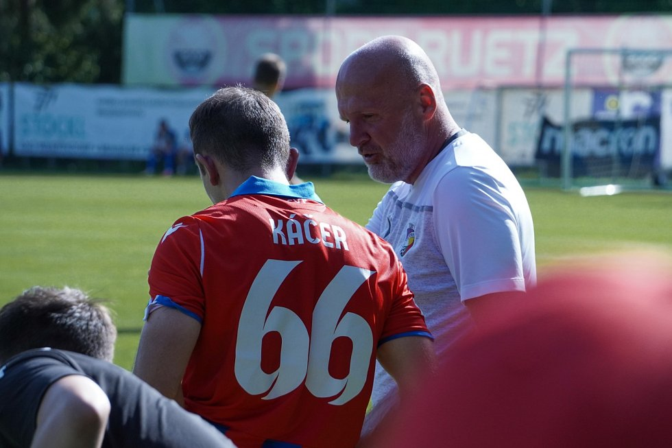 Kouč Michal Bílek rozmlouvá se slovenským záložníkeme Miroslavem Káčerem.