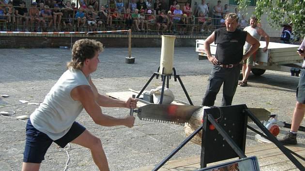 Jaké je to být sportovním dřevorubcem, si vyzkoušel i táborový vedoucí Josef Levora, když popadl dvoumetrovou ruční pilu