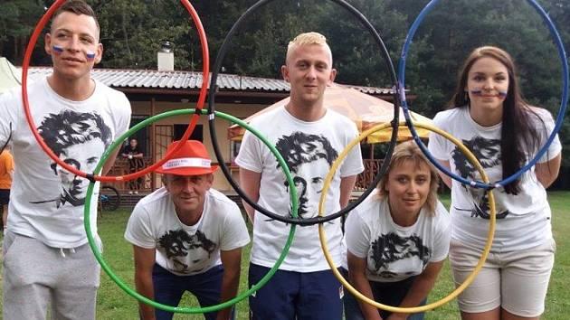 Ondřeji Cinkovi fandili v neděli na dálku také (zleva) Ondřej Paur, otec Karel, bratr Tomáš, maminka Eva  a kamarádka Martina Huňková.